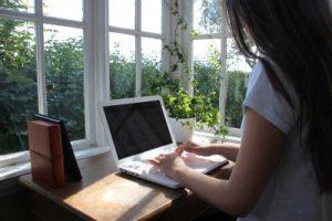 Bloggare som sitter vid datorn